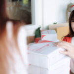 vendedora entregando pacotes para cliente